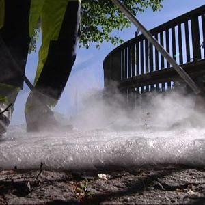Rikkaruohoja tappava vaahto levitetään letkulla ja leveällä suuttimella.