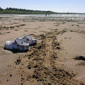 Sandaalit hiekkarannalla Kemin Ajoksessa