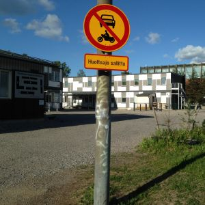 Parkkeja ja vanha koulurakennus