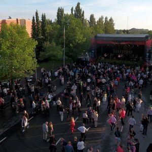 Ihmisiä tanssimassa Tangomarkkinoiden tangokadulla.