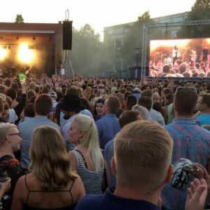 Yleisöä Kuopion viinijuhlilla heinäkuussa 2016