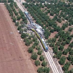 Ilmakuva: kolme vaunua on tuhoutunut täysin törmäyksessä.