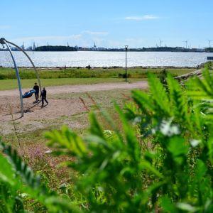 Pojat keinumassa Kotkan Katariinan meripuistossa.