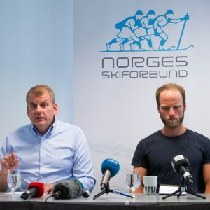 Norjan hiihtoliiton puheenjohtaja Erik Röste ja Martin Johnsrud Sundby tiedotustilaisuudessa.