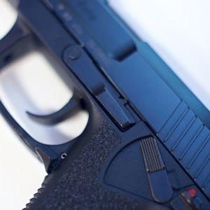 Lähikuva Heckler & Koch -merkkisestä pistoolista.