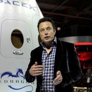 Elon Musk avaruuskapselin edessä.