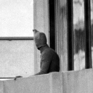 5. syyskuuta 1972 otetussa valokuvassa on Musta syyskuu -järjestön terroristi Münchenin olympiakylässä.