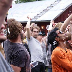 Yleisö tanssii DJ Club Old Fartsin keikalla Naamat-festareilla Muuramessa.