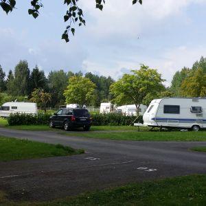 Asuntoautoja ja -vaunuja sekä henkilöauto Rauhalahden leirintäalueella