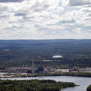 Renforsin rannan teollisuusalue Kajaanissa ilmakuvassa.