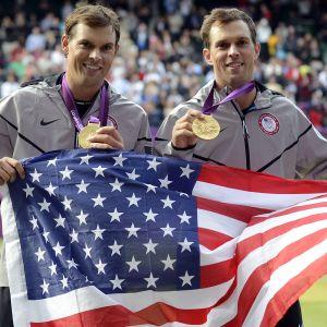 Mike (vas.) ja Bob Bryan ottivat kultaa Lontoon olympialaisten nelinpelissä 2012.