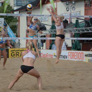 beach volleyn pelaamista Kuopion matkustajasatamassa.