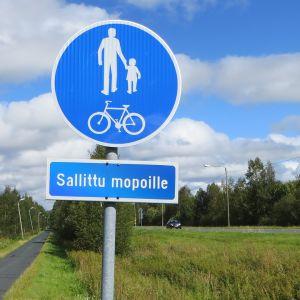 Sallittu mopoille -liikennemerkki kevyen liikenteen väylällä Torniossa.