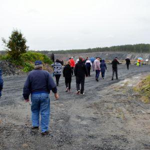 Ihmiset jalkautuvat Saarisen luohoksen näköalapaikalle Yaran avoimien ovien päivässä Siilinjärvellä.