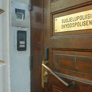 Suojelupoliisin ovi.