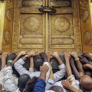 Pyhiinvaeltajat koskettivat Kaaban kultaista ovea Masjidil al-Haramin moskeijassa, Mekassa, Saudi-Arabiassa 9. syykuuta.