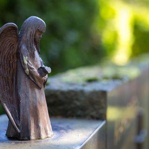 Hautakivi enkelit enkeliveistos veistos figuuri