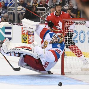 Venäjän maalivahti Sergei Bobrovski syöksyy kiekon perään