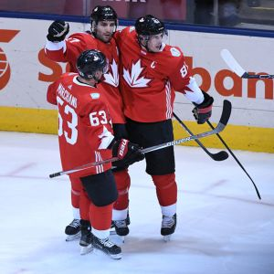 Kanadan Brad Marchand, Patrice Bergeron ja Sidney Crosby juhlivat maalia.