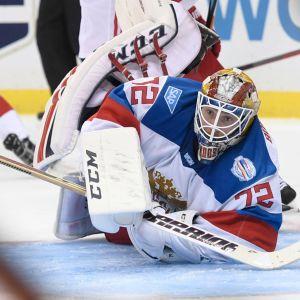 Venäjän maalivahti Sergei Bobrovski syöksyy kiekkoon.