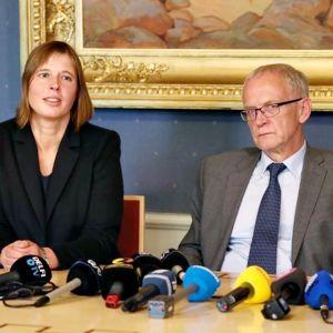 Kersti Kaljulaid ja Eiki Nestor pöydän takana. Edessä rivi mikrofoneja.