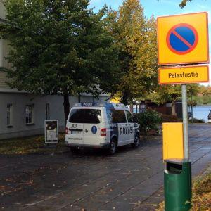 Poliisiauto pysäköitynä