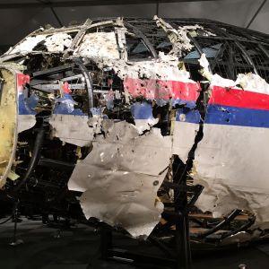 Malaysia Airlinesin koneen uudelleen rakennettu hylky lentotukikohdassa.