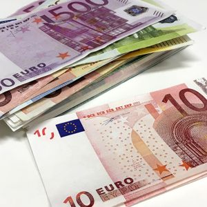 Kaksi setelinippua. Toisessa paljon isoja seteleitä ja toisessa muutama kymmenen euron seteli.