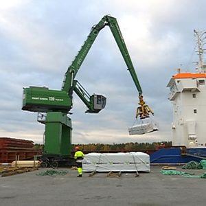 Kaskisten satamassa lastataan laivaa.