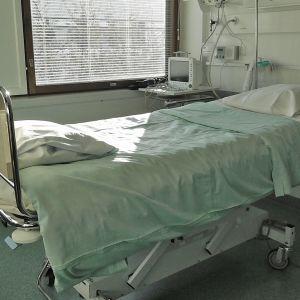 Kuvassa sairaalasänky potilashuoneessa