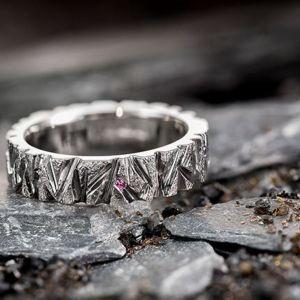 Lähikuva sormuksesta jossa on timantti