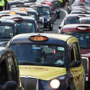 Katu täynnä taksiautoja.