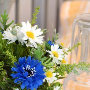 Sinisiä ja valkokeltaisia kukkia kimpussa.