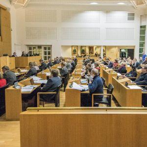Kuopion kaupunginvaltuuston kokous käynnissä.