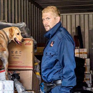 Toni Lahtinen ja Rokka tutkimassa kiinalaisfirman konttia.