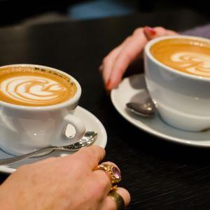 Kaksi kahvikuppia pöydällä.