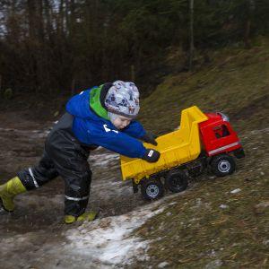 Minna Paanasella perhepäivähoidossa oleva lapsi leikkii Laukaan Leppävedellä.