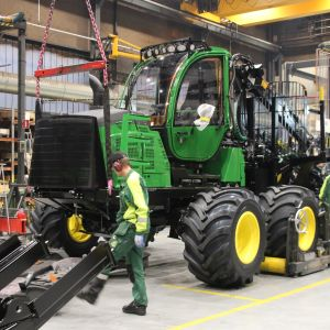 Kuormatraktori valmistuu John Deeren Joensuun tehtaan kokoonpanolinjalla.