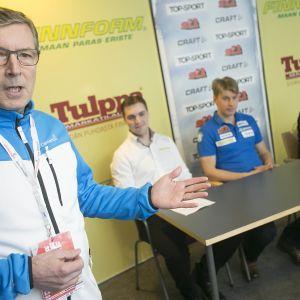 Markku Haapasalmi tiedotustilaisuudessa.