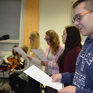 Hoosianna innosti myös Kauhavan yläkoululaiset laulamaan musiikin tunnilla.