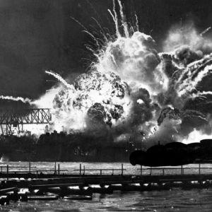 Hävittäjä USS Shaw räjähtää Japanin hyökätessä Yhdysvaltojen Tyynenmeren laivaston tukikohtaan Pearl Harborissa.