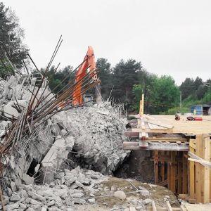 Kemijärven viallinen palasiksi murskattu betonisilta.
