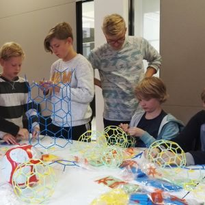 lapset kokoavat matematiikkarakennussarjaa