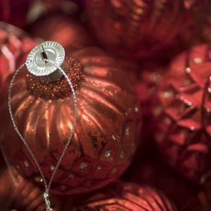 Joulukuusen koristepalloja.