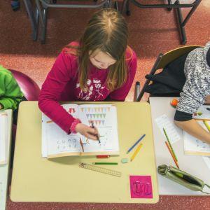Oppilaita tekemässä tehtäviä.
