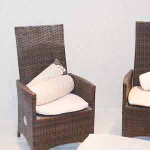 Kaksi tuolia ja tyynyjä suolahuoneessa.