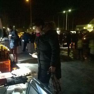 Kuvassa kaupankäyntiä Reko-ruokapiirissä
