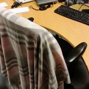 Kuvassa työtuolin selkämykselle ripustettu villashaali.