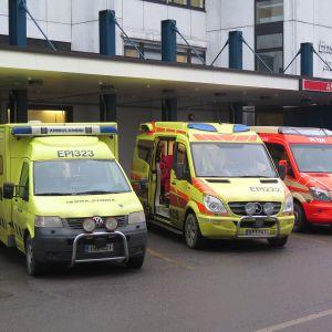 Ambulansseja Acutan edessä.
