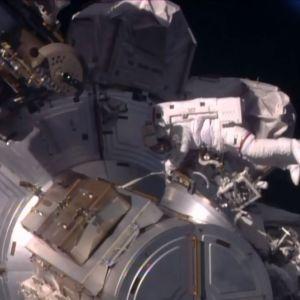 Yhdysvaltain astronautit Shane Kimbrough ja Peggy Whitson avaruuskävelyllä 6. tammikuu 2017.